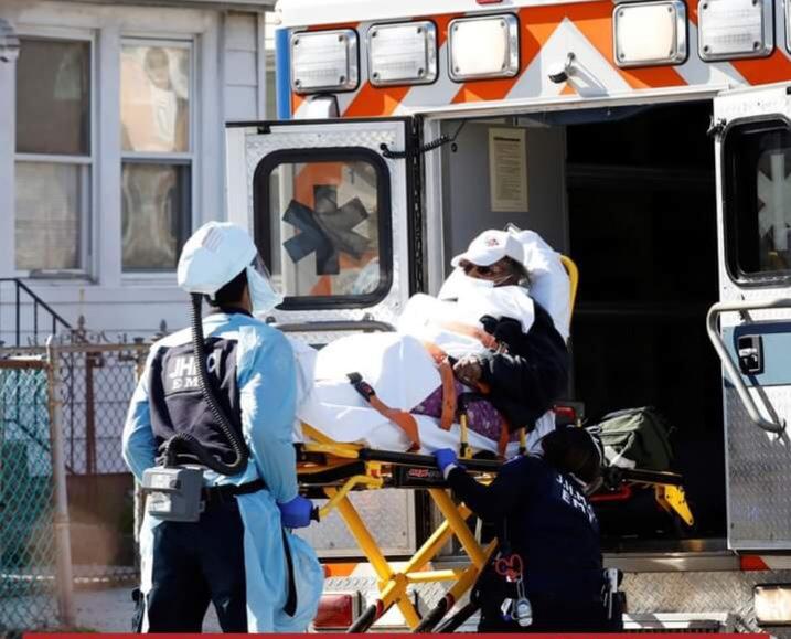 Un malato caricato su un'ambulanza