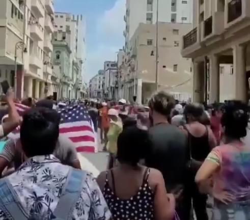 Manifestanti a Cuba contro il governo